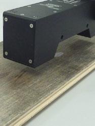 Misurazione della lucentezza in linea di pannelli di legno verniciati